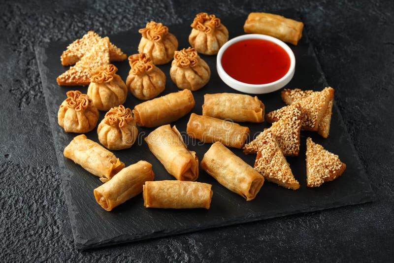 De knapperige Kip wontons, de plantaardige lente rolt en garnalentoosts met zoete Spaanse peperssaus Chinese selectie Snel voedse stock fotografie
