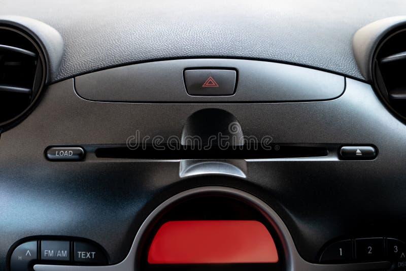 De knoop van de autonoodsituatie en CD/DVD-spelergroef in bestuurdersplaats royalty-vrije stock foto