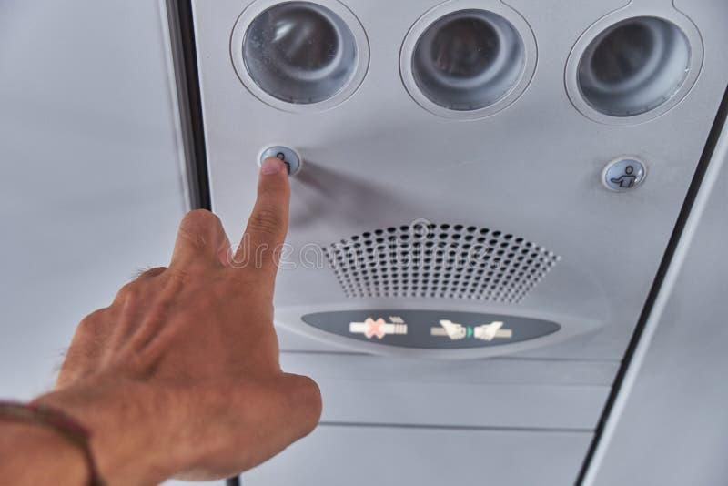 De knoop van de stewardvraag Airconditioning in het vliegtuig stock afbeeldingen