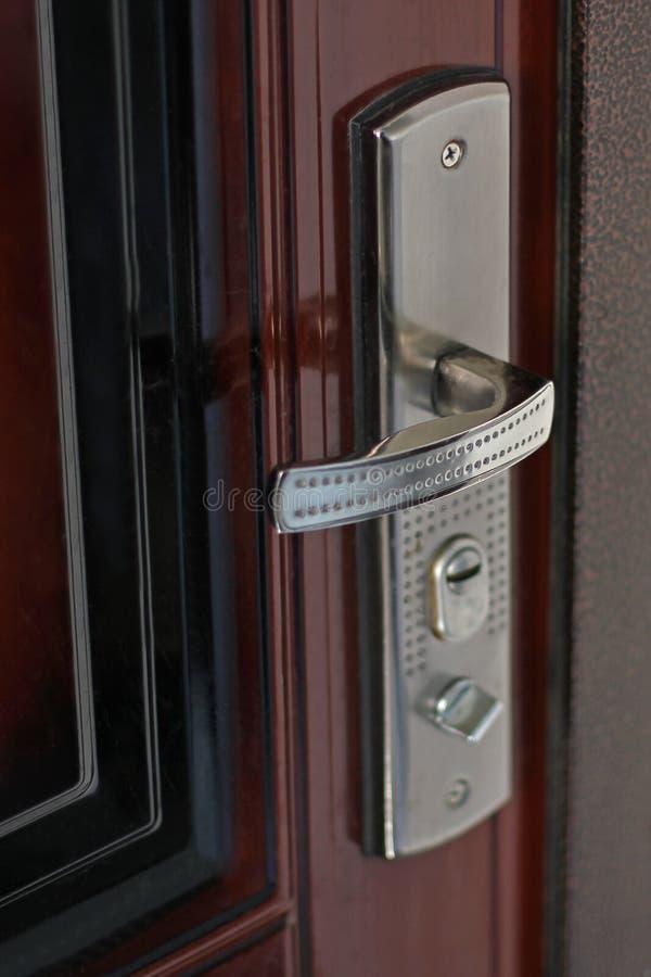De Knop van de deur De deur van het ingangsmetaal stock foto