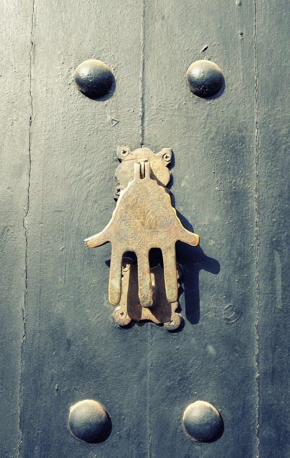 De knophandvat van de bronsdeur in Marrakech, Marokko stock afbeelding