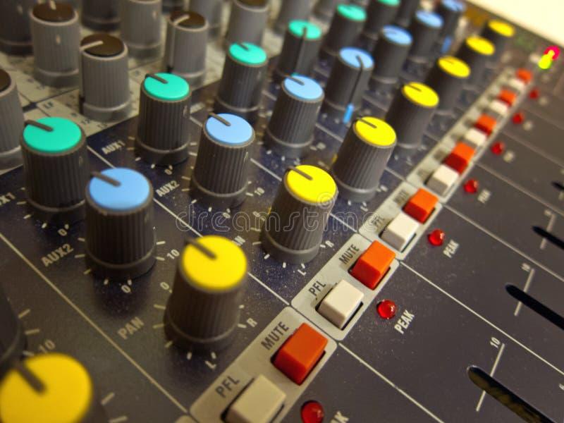De knoppen en de knopenclose-up van de audio-mixingconsole stock afbeeldingen