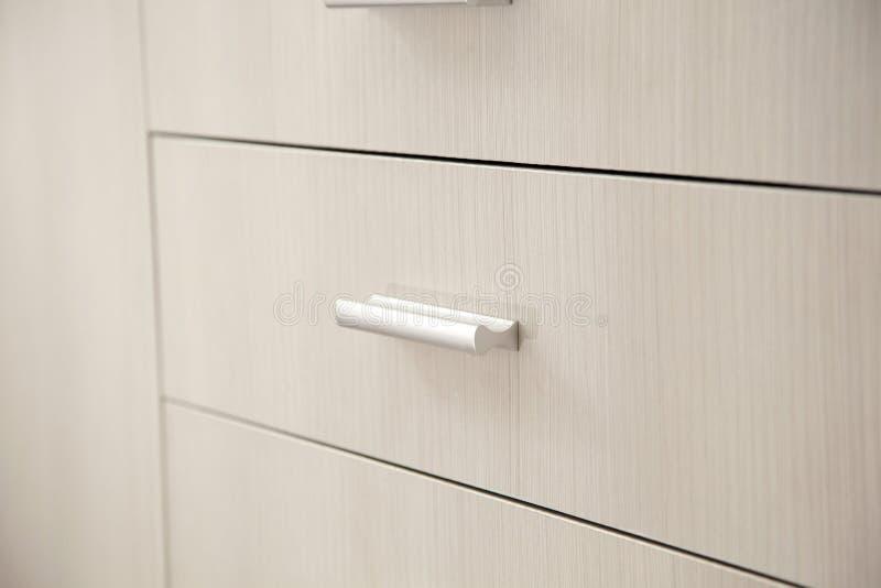 De knoppen van de keukenkastdeur stock foto's