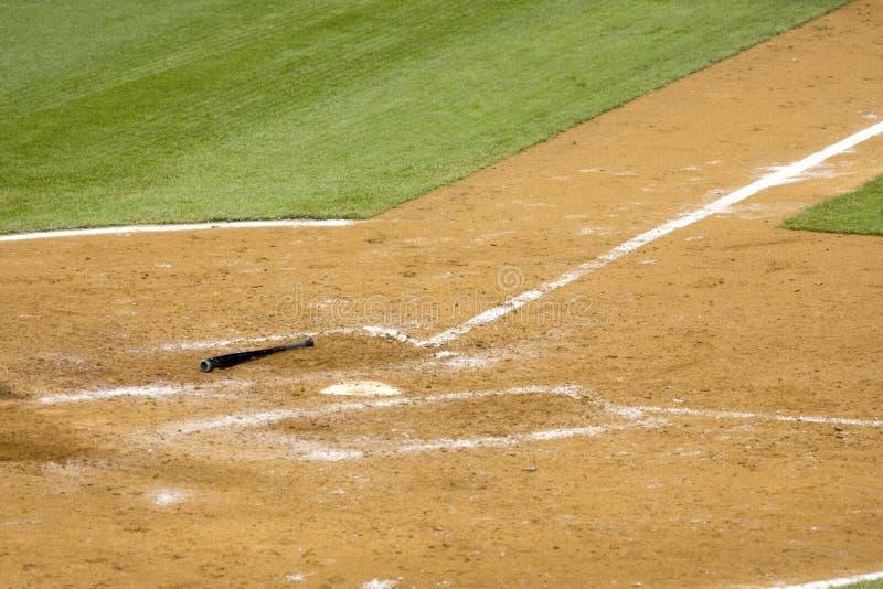 De knuppel van het honkbal op grond stock foto