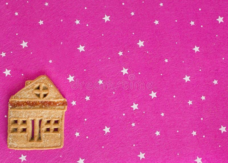 De koekjes die van de Kerstmisgember op een roze achtergrond liggen royalty-vrije stock afbeelding