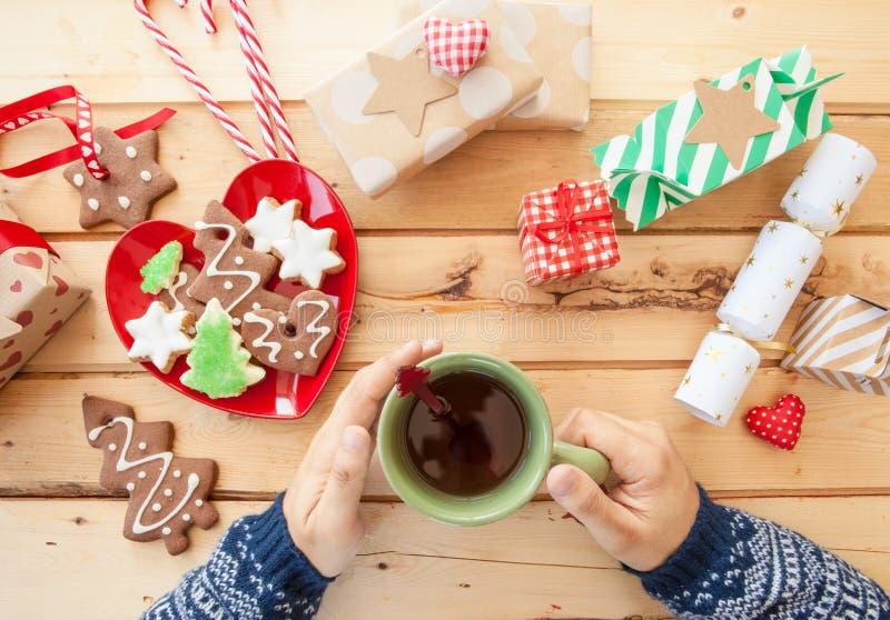 De koekjes en de thee van Kerstmis royalty-vrije stock fotografie