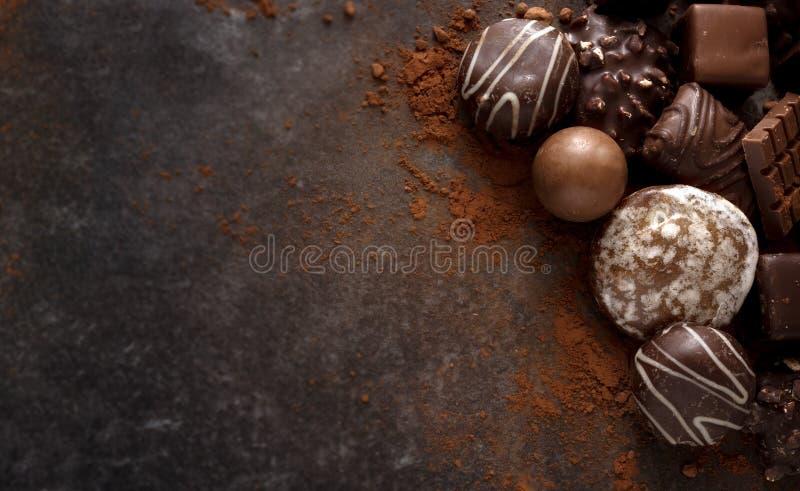 De koekjes en de pralines van de Kerstmischocolade op wi van een donkere steenplak royalty-vrije stock afbeelding