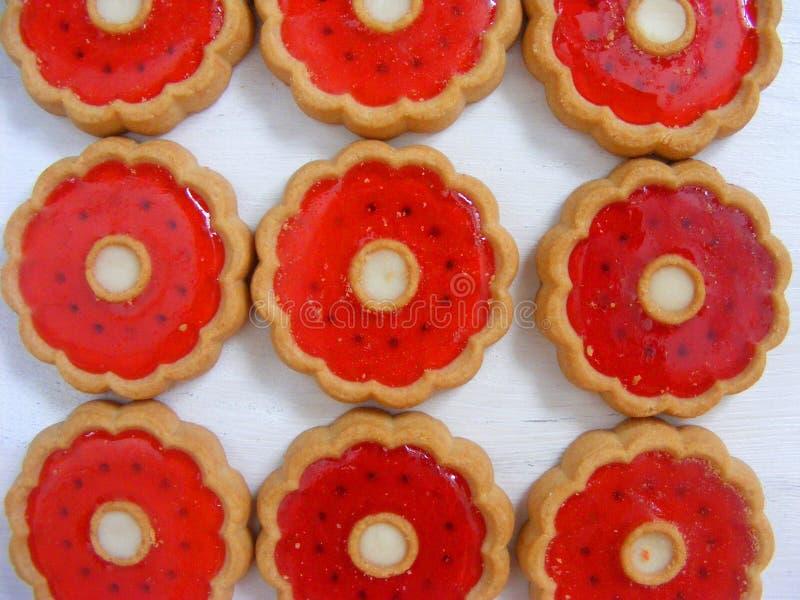 De koekjes met rode gelei sluiten omhoog patroon stock afbeelding