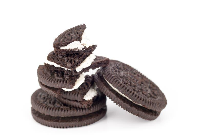 De koekjes van de chocolade met room het indienen royalty-vrije stock afbeeldingen