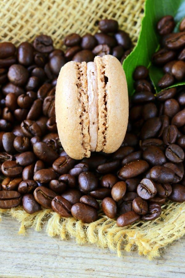De koekjes van de chocolademakaron op een achtergrond van koffie stock foto's