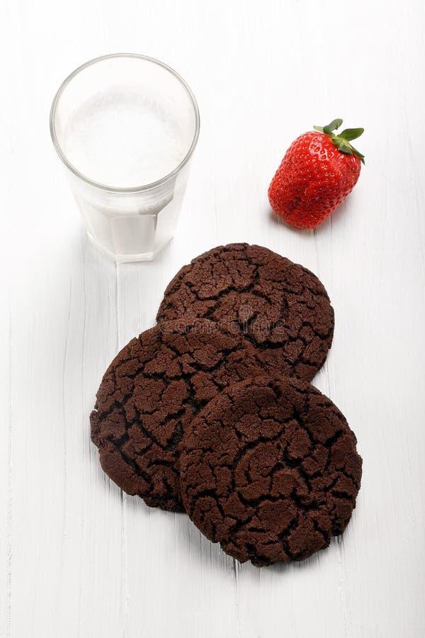 De koekjes van de chocoladezandkoek en glas melk royalty-vrije stock fotografie