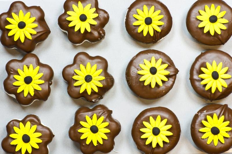 De koekjes van de heemst met gele bloemen royalty-vrije stock fotografie