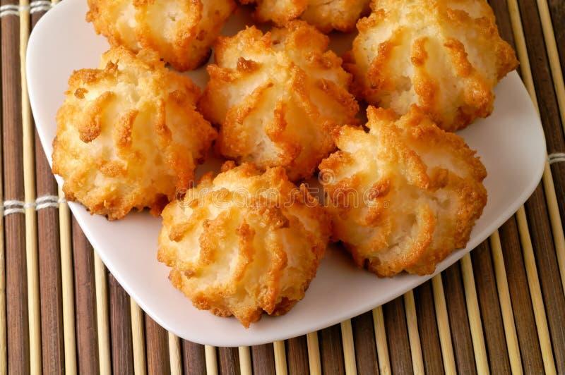 De koekjes van de kokosnoot in een schotel stock fotografie