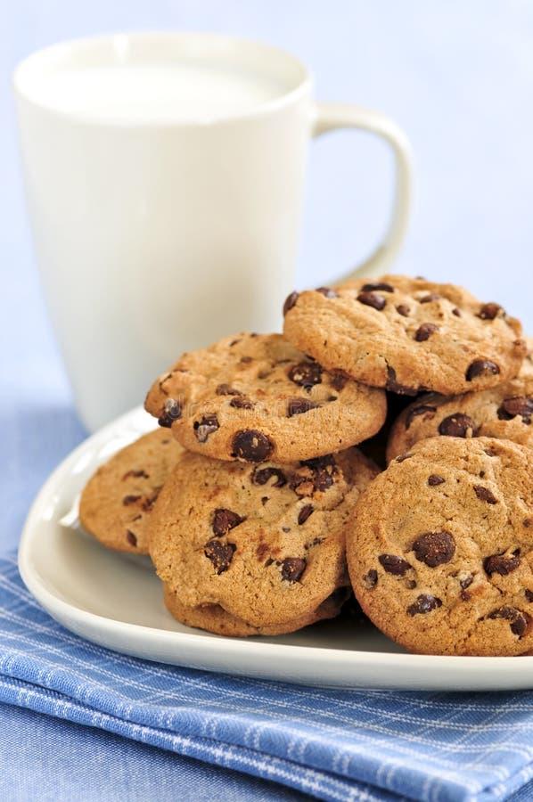 De koekjes van de melk en van de chocoladeschilfer royalty-vrije stock afbeelding