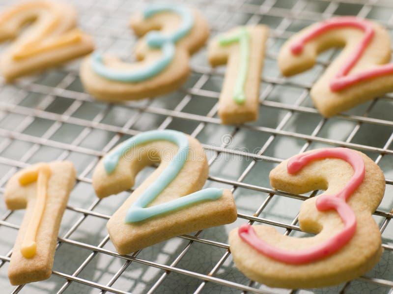 De Koekjes van de Zandkoek van het aantal met Suikerglazuur royalty-vrije stock foto