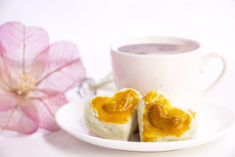 De koekjes van de hartvorm met cashewnoot of het Koekje van Singapore en coff royalty-vrije stock afbeelding