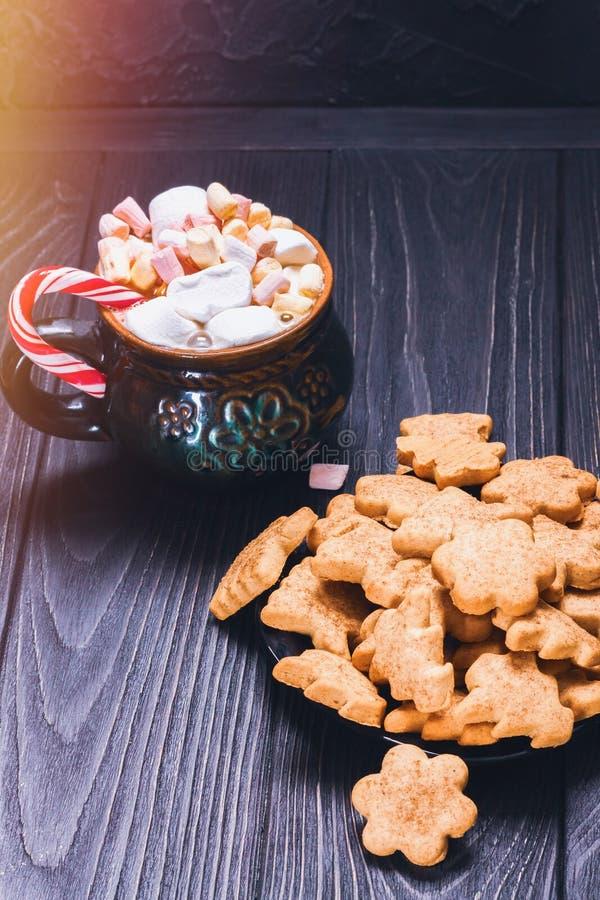De koekjes van het Kerstmiskoekje naast een mokhoogtepunt van heemst stock afbeeldingen
