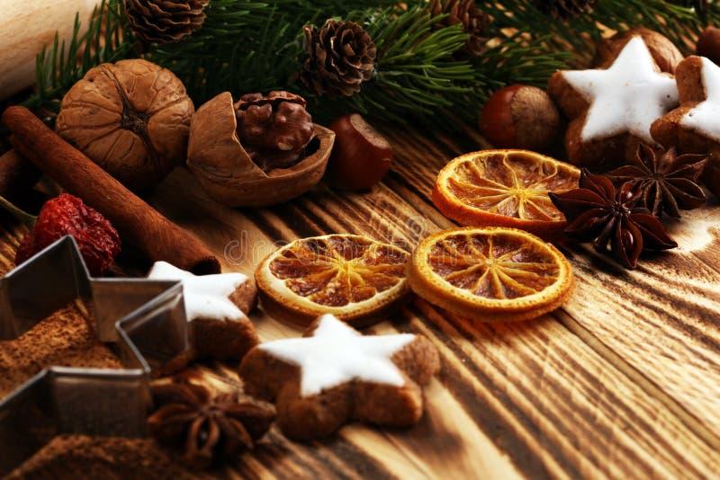 De Koekjes van Kerstmis van het baksel De typische kaneel speelt bakkerij met kruiden mee De decoratie van Kerstmis stock foto
