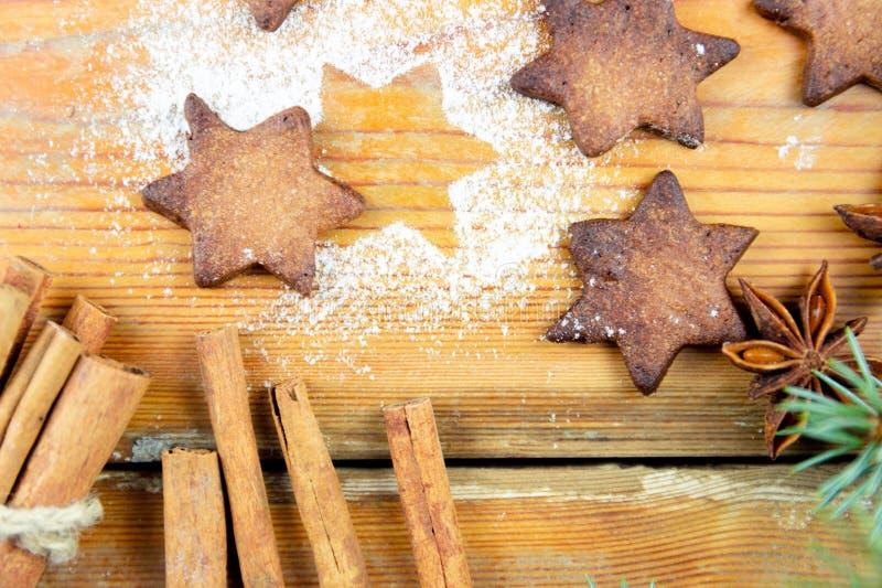 De koekjes van Kerstmis met feestelijke decoratie royalty-vrije stock fotografie