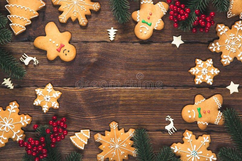 De koekjes van de Kerstmispeperkoek eigengemaakt met takken van Kerstboom en Nieuwjaardecor op lijst met jutetafelkleed Vrolijk C royalty-vrije stock foto
