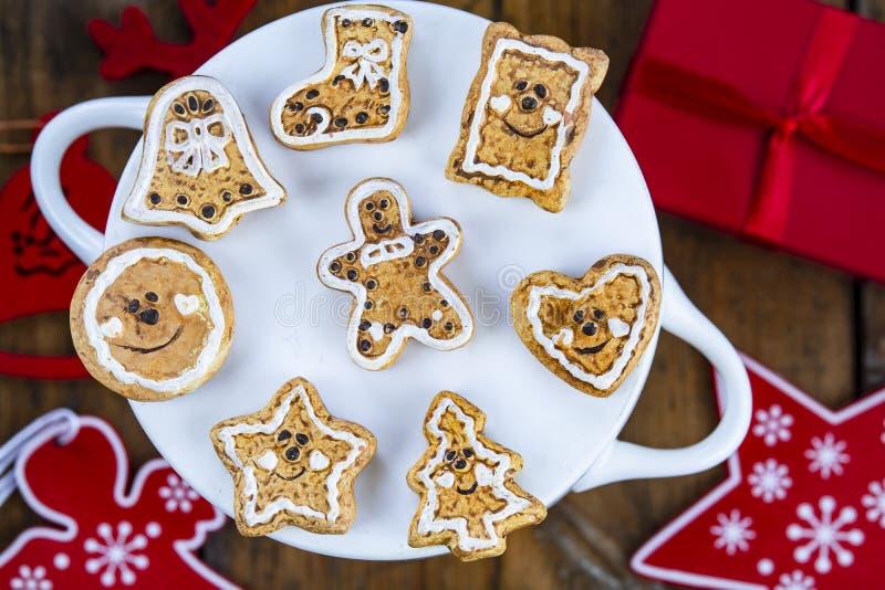 De koekjes van de Kerstmispeperkoek en Kerstmisdecoratie stock foto's