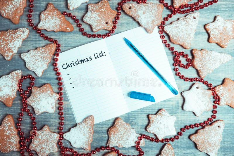 De koekjes van de Kerstmispeperkoek onwooden achtergrond royalty-vrije stock fotografie