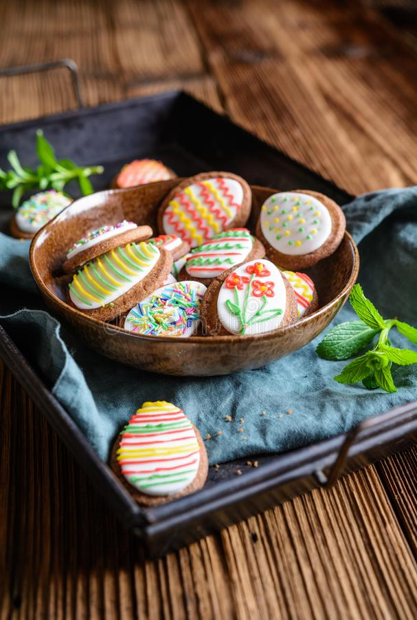 De koekjes van de paaseisuiker met koninklijk suikerglazuur royalty-vrije stock fotografie
