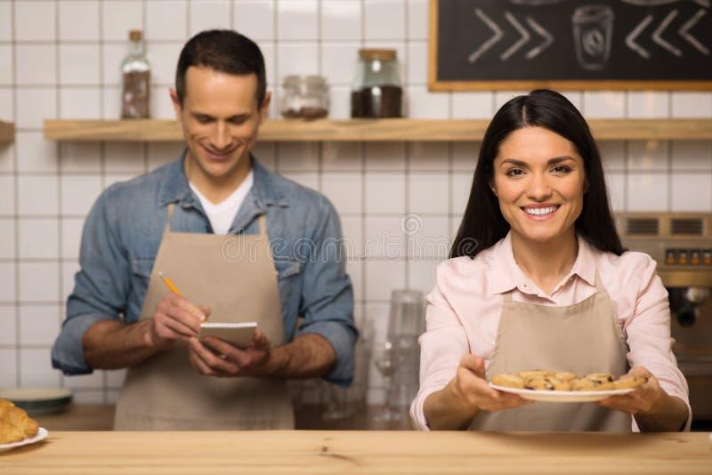 De koekjes van de serveersterholding op de plaat stock fotografie