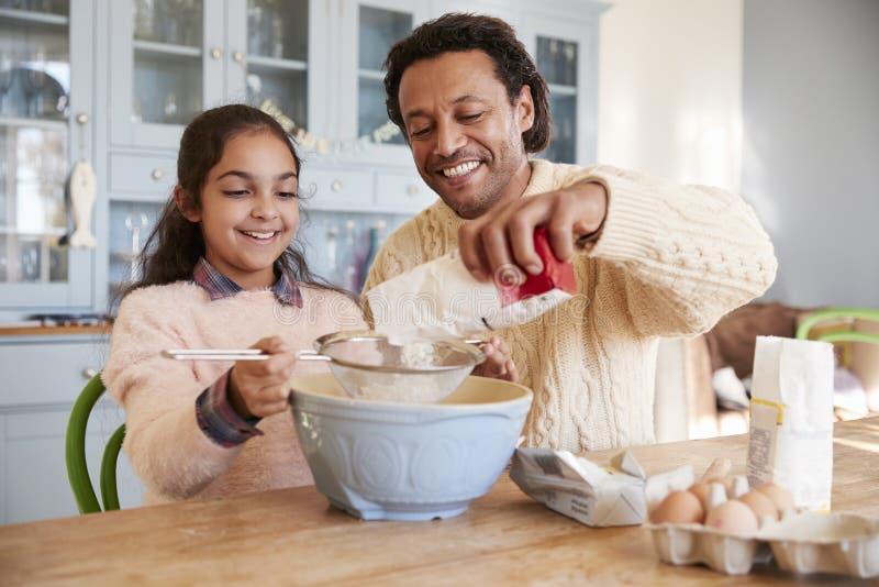 De Koekjes van vaderand daughter baking thuis samen royalty-vrije stock foto's