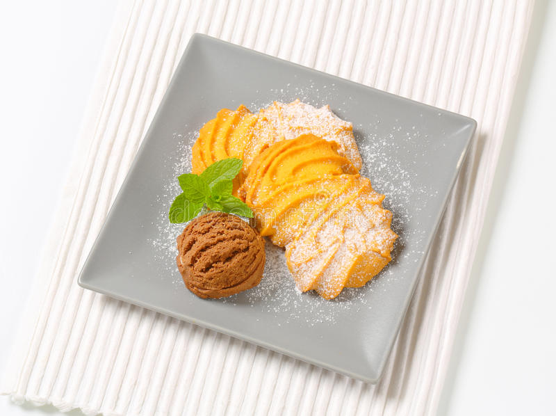 De koekjes van vanillespritz met roomijs stock fotografie