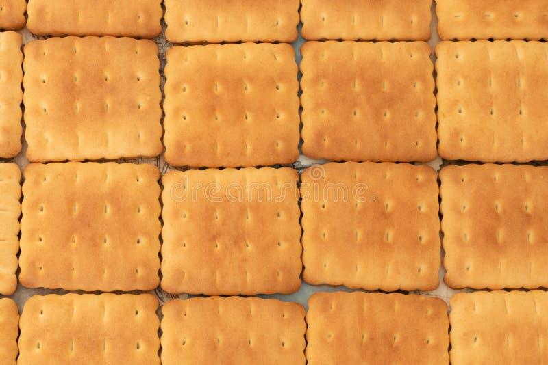 De koekjes zijn smakelijk en kruimelig als een zoet tafelkleed op de lijst royalty-vrije stock fotografie