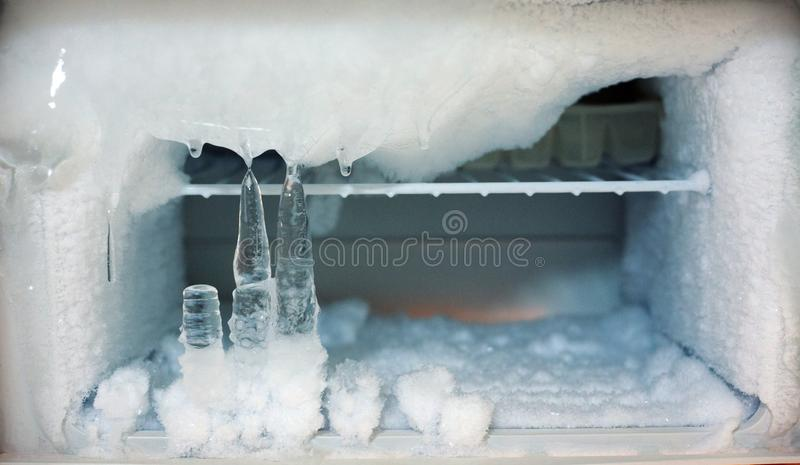 De koelboxdiepvriezer van ijskristallen in ijskast stock fotografie