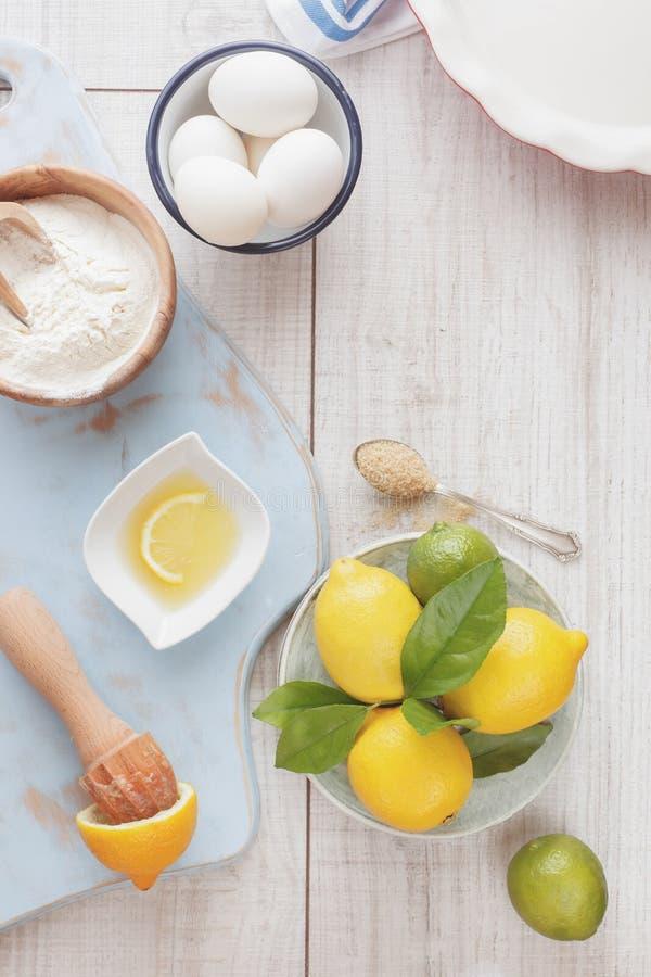 Download De Koelboxpastei Die Van De Citroenkalk Worden Voorbereid Stock Afbeelding - Afbeelding bestaande uit cooking, gebakken: 54089855
