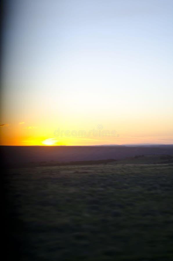 De koele kalme zonsondergang van het platteland van Wyoming door het venster stock foto