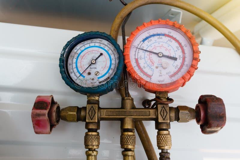 """De koelmiddelenmaten, meetapparatuur voor onderzoeken en het bijtanken van airconditioners Druk Metings†""""Manometers stock foto's"""
