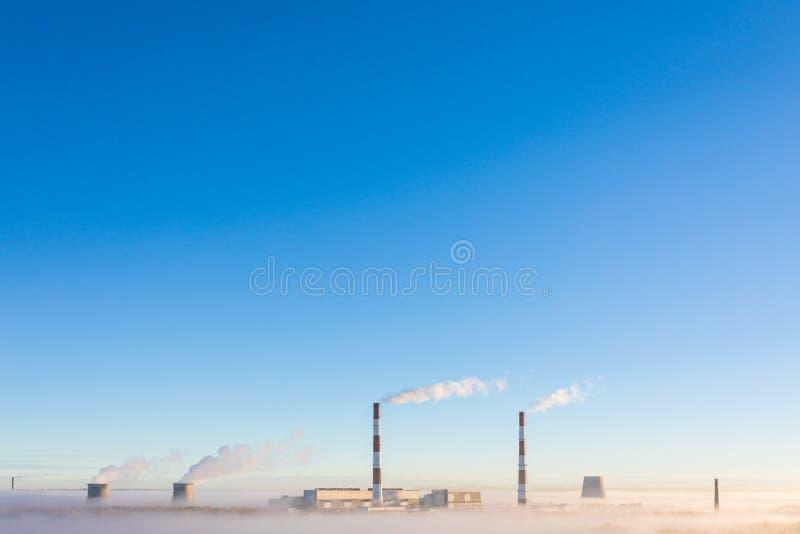De koeltorens en de pijpen van thermische krachtcentrale in de duidelijke de herfst zonnige dag royalty-vrije stock foto