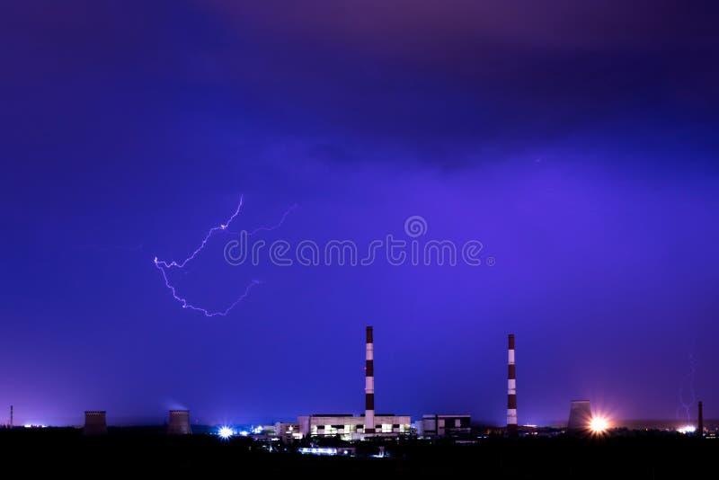 De koeltorens van thermische krachtcentrale in de regenachtige nacht met de bliksem royalty-vrije stock fotografie