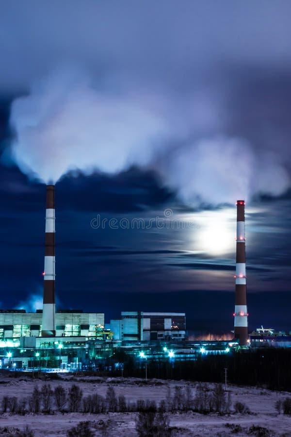 De koeltorens van thermische krachtcentrale in de de winternacht royalty-vrije stock fotografie