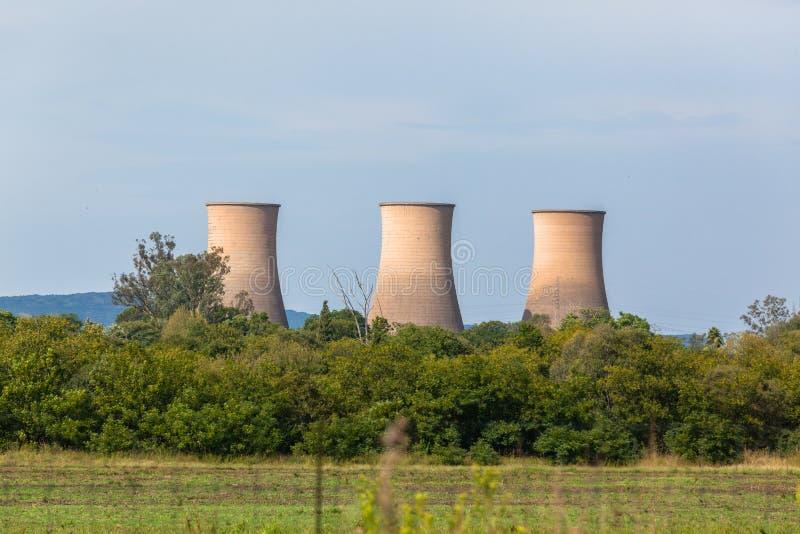De Koeltorensplatteland van de elektriciteitsKrachtcentrale stock foto