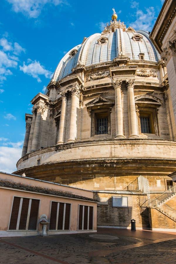 De koepel boven het dak van StPeter-basiliek, R royalty-vrije stock afbeeldingen