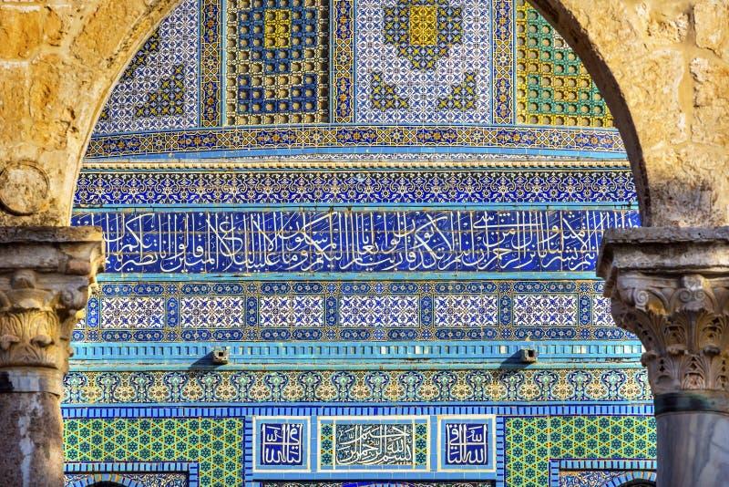 De koepel van de Tempel van Rots Islamitische Ontwerpen zet Jeruzalem Israël op royalty-vrije stock foto's