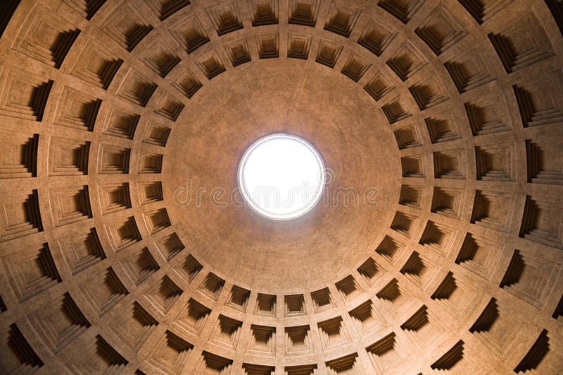De koepel van het pantheon binnen mening in Rome - Italië stock foto