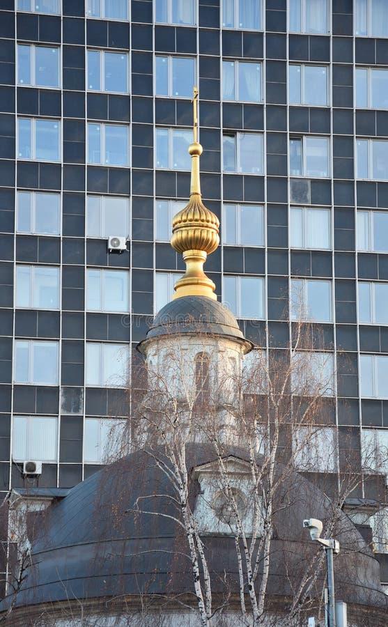 De koepel van de Orthodoxe kerk in het achtergrondbureau stock foto's