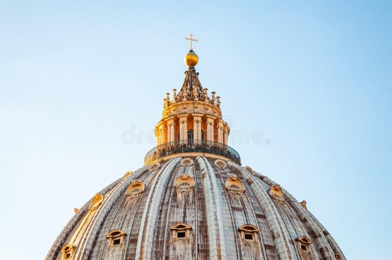 De koepel van de Pauselijke Basiliek van St Peter in het Vatikaan of eenvoudig St Peter Basiliek Zonlicht die de bovenkant van ve royalty-vrije stock fotografie