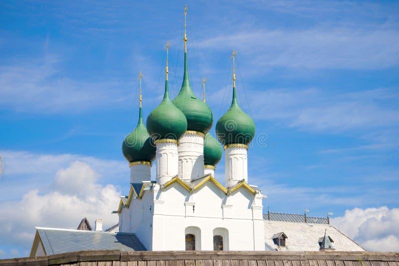 De koepels van de oude kerk van Gregory de Theoloog Het Kremlin van Rostov Groot stock afbeeldingen