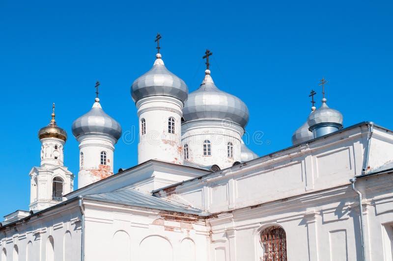 De koepels van de Verlosserkathedraal - Russisch orthodox Yuriev-Klooster Veliky Novgorod, Rusland royalty-vrije stock afbeelding
