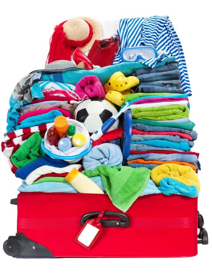 De koffer van de reis die voor vakantie in overzeese toevlucht wordt ingepakt stock afbeeldingen