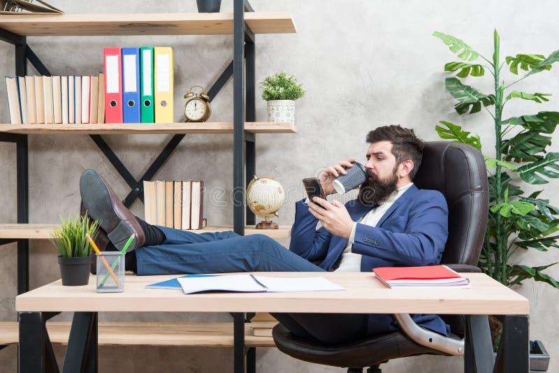 De koffie is belofte van succesvolle onderhandelingen Gewijde cafe?ne Mobiele vraag Begindag met koffie Koffie het ontspannen royalty-vrije stock fotografie