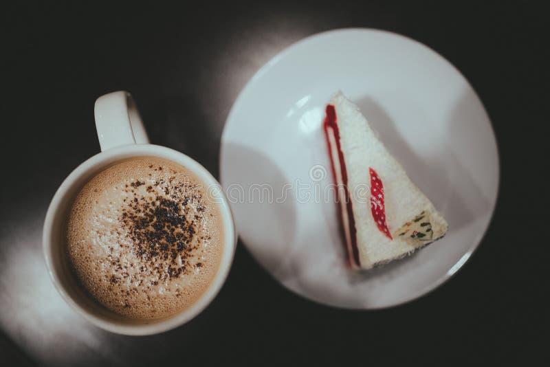 De koffie en de Cake met Uitstekende Film zien eruit royalty-vrije stock foto