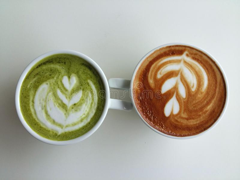 De koffie en matcha van de Lattekunst latte zo heerlijk op wit stock foto's